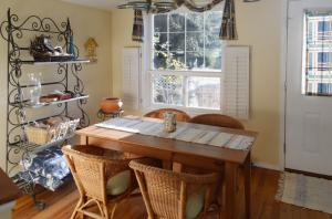 Billings-Cottage-dining-area-2b