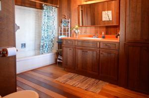 bathroom-ensuite-garden-level-1b